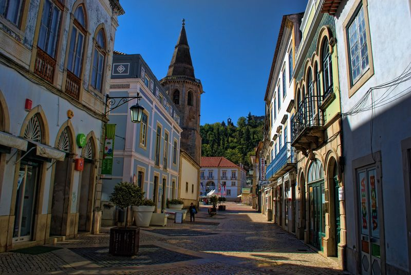 Rua Serpa Pinto in the City of Tomar with almost no people