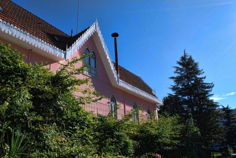 Pink House, close to Hotel dos Templários, Varzea Pequena