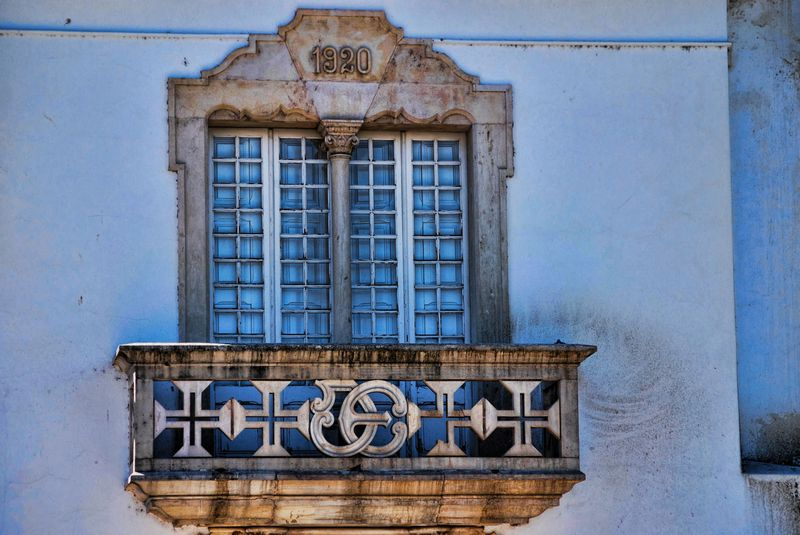 Neo Manueline window at Rua Fábrica de Fiação in the city of Tomar in Portugal